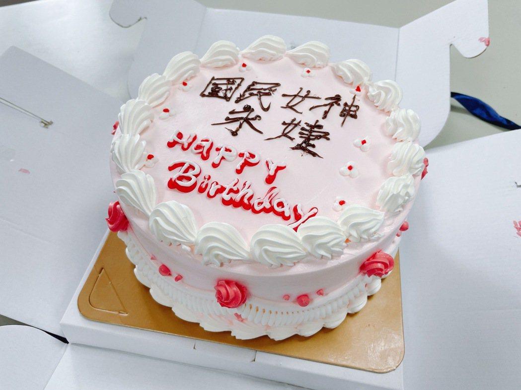 賈永婕夫婦贈奇美醫新冠急救防護設備,醫護感謝「雪中送碳」,回贈蛋糕預祝生日快樂。