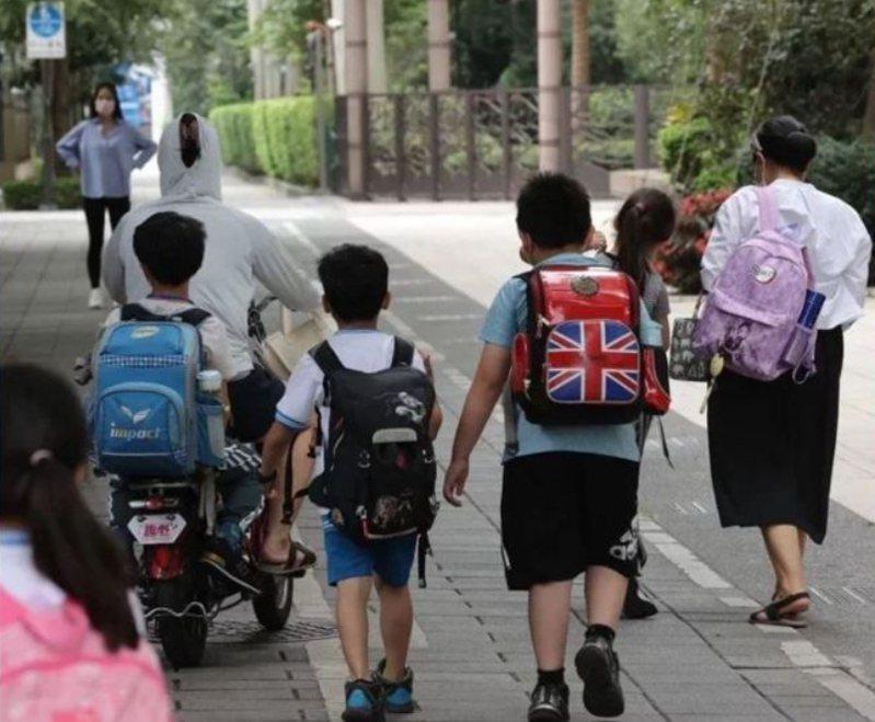 台北市長柯文哲接受電視台專訪表示,北市目前計畫採線上線下混合班,家中沒人照顧的到校上課,其他人持續在家線上上課,引發議論。圖/本報資料照