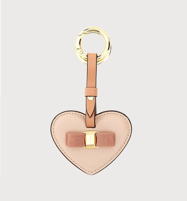 粉色牛皮心型吊飾,7,900元。圖/Salvatore Ferragamo提供