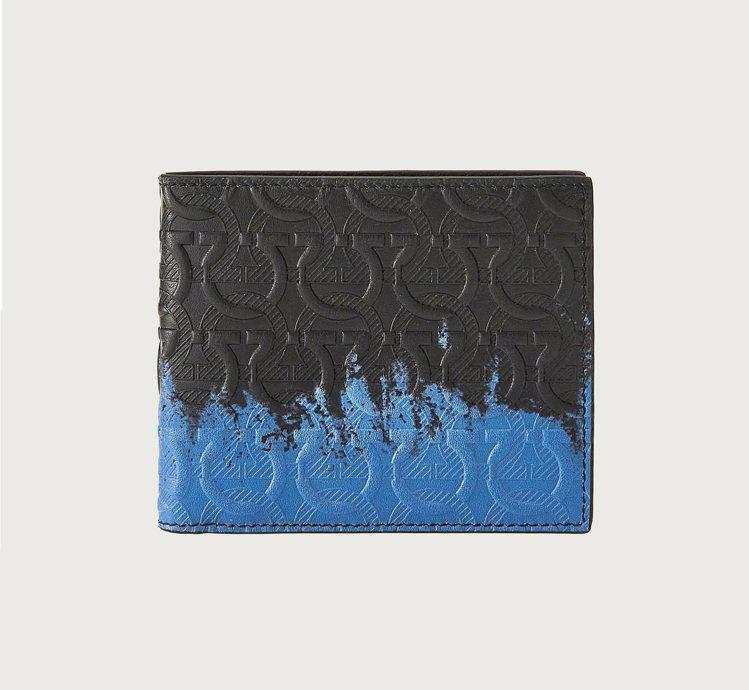 TRAVEL EMBOSSED系列黑藍色漸層小牛皮短夾,16,900元。圖/Sa...