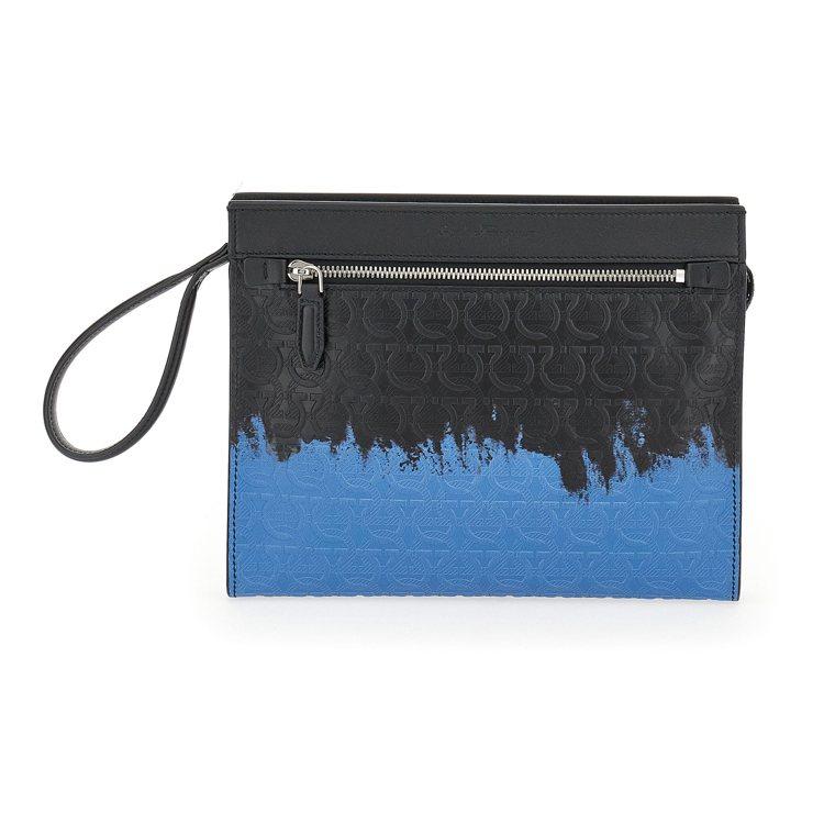 TRAVEL EMBOSSED系列黑藍色漸層小牛皮手拿包,33,900元。圖/S...