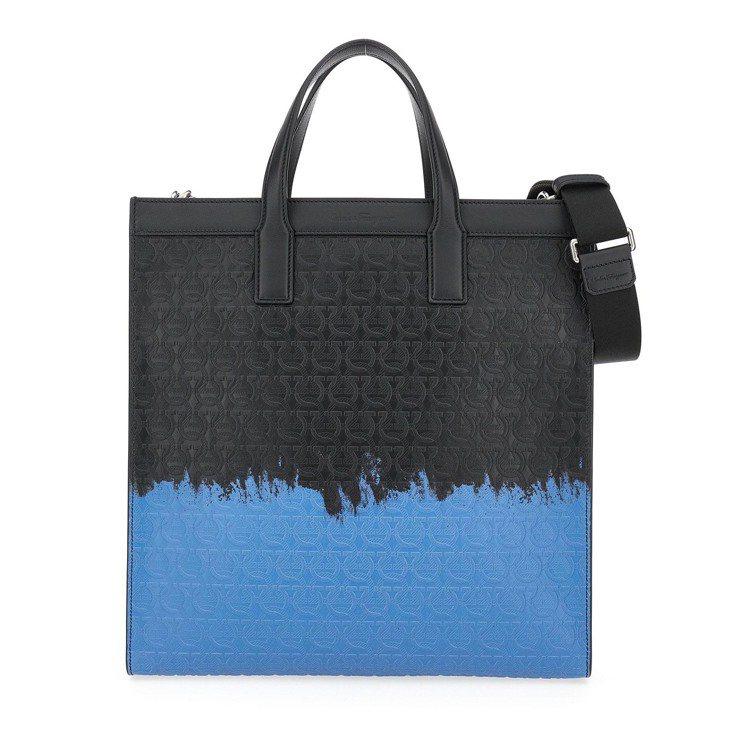TRAVEL EMBOSSED系列黑藍色漸層小牛皮手提包,62,900元。圖/S...