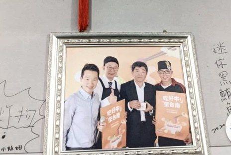 台南知名鴻品牛肉湯店老闆張志宏(右起)去年與陳時中(昨二)、民進黨立委郭國文等開心合照推薦台南牛肉。圖/本報資料照片