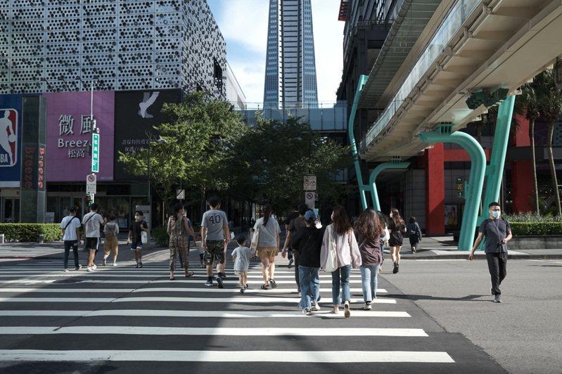 微解封後第一個周末假日信義商圈逛街人潮稍有起色。記者江佩君/攝影