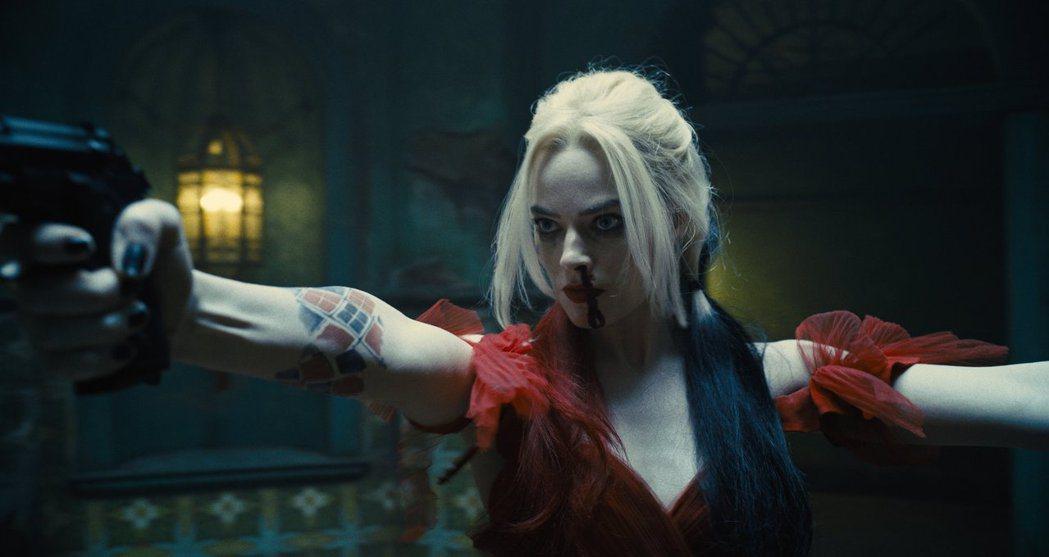 「小丑女」瑪格蘿比在「自殺突擊隊:集結」中有多場帥氣的槍戰戲,再度展現她的好身手...