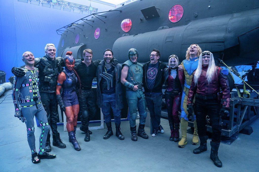 由「星際異攻隊」導演詹姆斯岡恩領軍,「自殺突擊隊:集結」這回比前版更火爆更狂。圖...