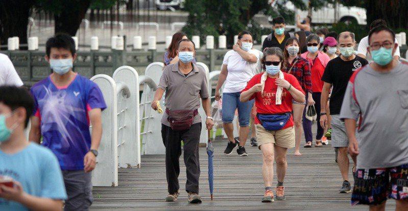 中央鬆口7月26日解封有望,民眾既期待又怕受傷害,各縣市都在為解封開放做前置準備,民眾也期待能脫下口罩,自在呼吸。記者劉學聖/攝影