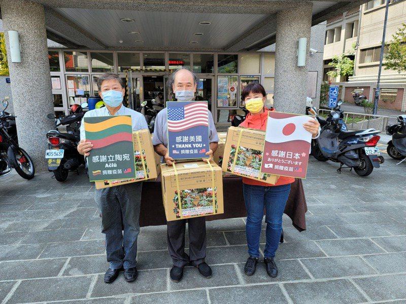 南投縣國姓鄉咖啡農李明杰(中)今提供5000包濾掛式咖啡包,盼回贈給日本、美國、立陶宛等國。記者賴香珊/攝影