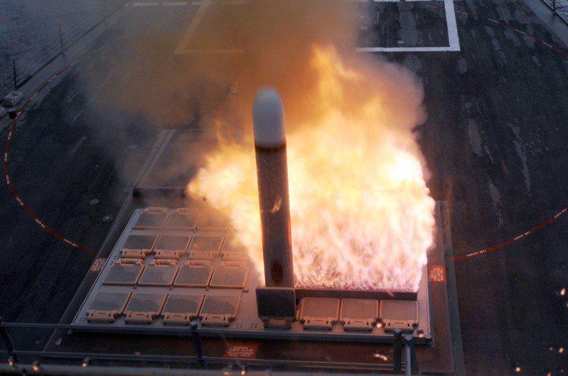 美軍驅逐艦發射戰斧巡弋飛彈,火焰由一旁的排焰口噴出:戰斧飛彈是Mk41所能發射的最大彈種。圖/美國海軍檔案照