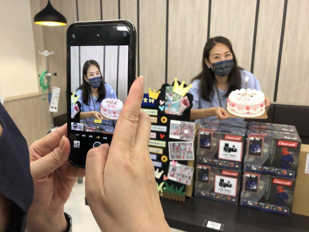 賈永婕贈台南五醫院急救防護設備、鐵粉醫護送蛋糕慶生。記者周宗禎/攝影