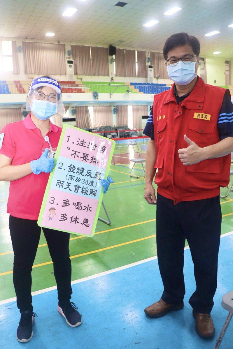 高雄市教育局長謝文斌(右)呼籲接種疫苗的教職員工,依時定點到場施打減少群聚。圖/高雄市教育局提供