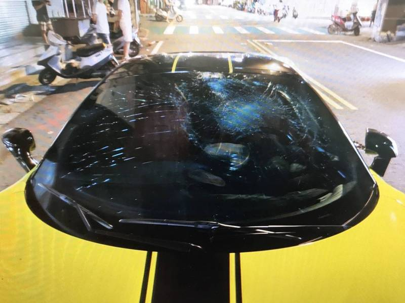 19歲宋姓騎士昨晚擦撞法拉利超跑,造成超跑擋風玻璃留下大片蜘蛛網裂。記者朱冠諭/...