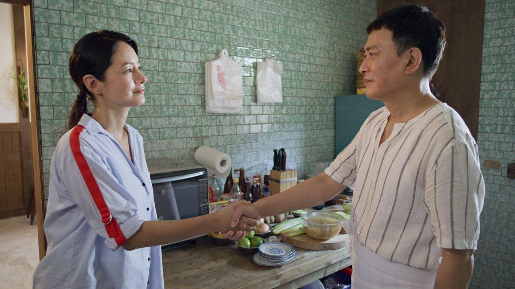 Janet(左)與飾演前夫的王識賢握手言和。圖/東森、映畫提供