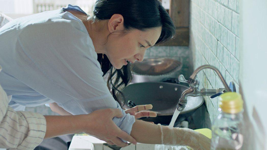 Janet學做菜卻弄得滿手傷。圖/東森、映畫提供