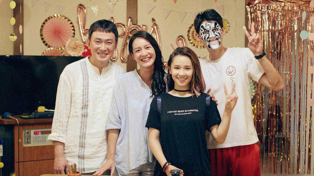 王識賢(左起)、Janet在戲中的一家人為盧以恩慶生。圖/東森、映畫提供