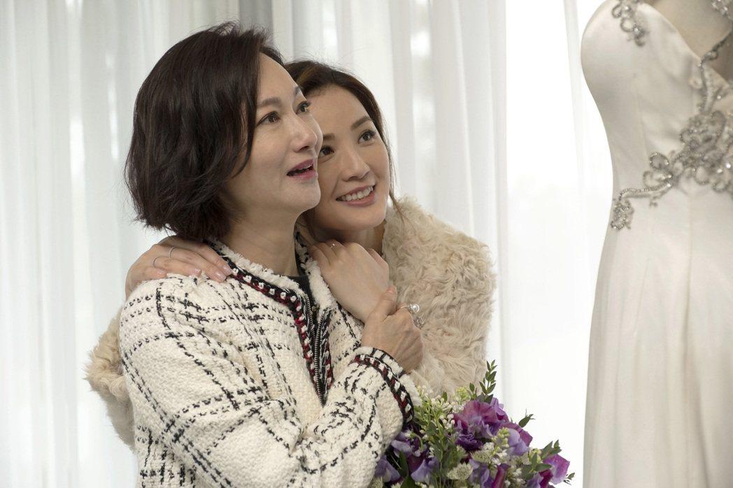 惠英紅(左)化身溫柔傳統媽媽,讓蔡卓妍(右)哭到停不下來。圖/華映提供