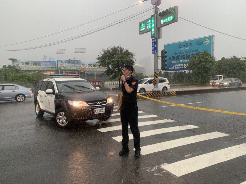 高雄今天傍晚下起大雷雨,鳥松3小時即累積超過100毫米,自來水廠前的大埤路,受豪雨影響,導致路面積水達半顆輪胎高警方獲報到場封路管制。記者陳弘逸/翻攝