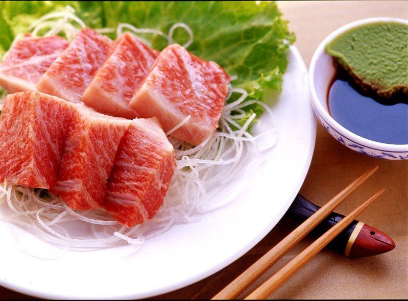 疫情微解封首個周末,東港魚市場低迷買氣逐漸回溫,華僑觀光魚市場配合防疫,生意比三級警戒時回溫約三成,消費者詢問宅配黑鮪魚大增。圖/東港區漁會提供