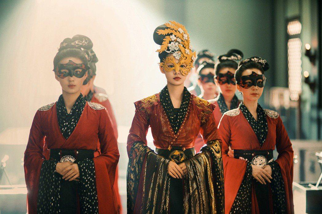李沁在「錦繡南歌」顛覆以往形象,飾演獨立果斷的俠女沈驪歌。圖/中天娛樂台提供