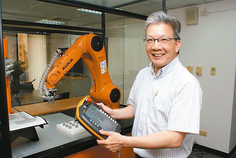世寶公司引進德國庫卡(KUKA)工業機器人。吳青常/攝影
