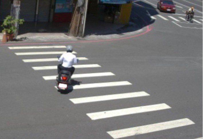 高雄市政府針對機車逆向行駛行人穿越道進行監測。圖/高雄市交通局提供