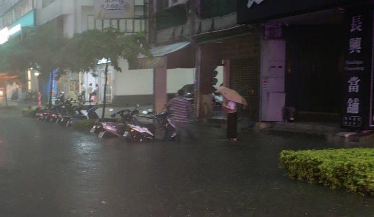 短時急降雨造成高雄市民族、六合路機車道積淹水,水深約車輪高度。圖/讀者提供