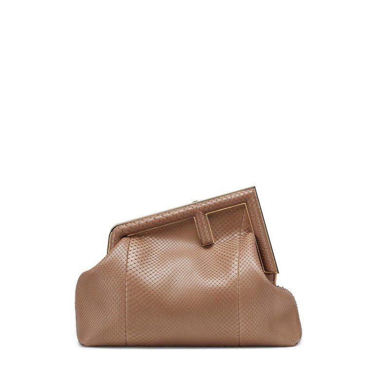 杏色珍稀皮革First包(中),15萬2,000元。圖/FENDI提供