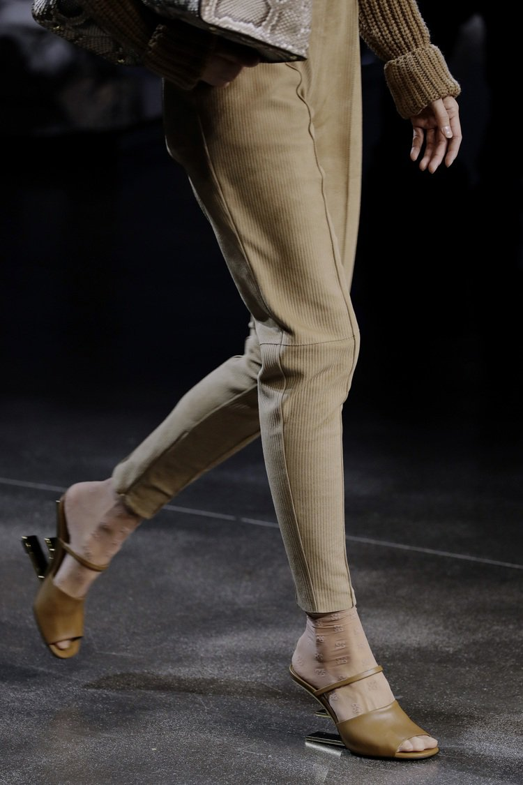 First系列也有鞋款作品,同樣主打「F」字母,將它倒置成為鞋身底座,對品牌設計...