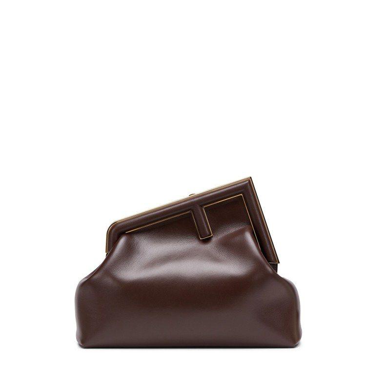 巧克力色小羊皮First包(中),10萬6,000元。圖/FENDI提供