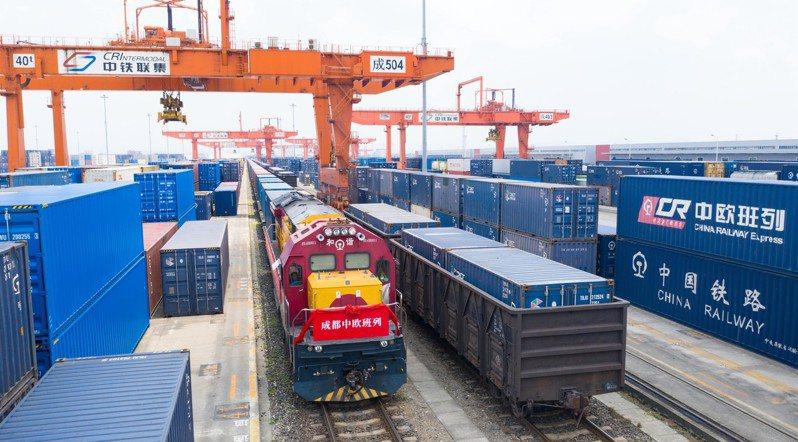 中歐班列近年來快速發展,截至今年7月上旬已覆蓋歐洲23個國家168個城市,累計開行突破4萬列。地處內陸的成都逐漸成為中國西南地區對外開放高地。圖為7月上旬,滿載貨物的中歐班列從成都國際鐵路港駛出。(中新社)