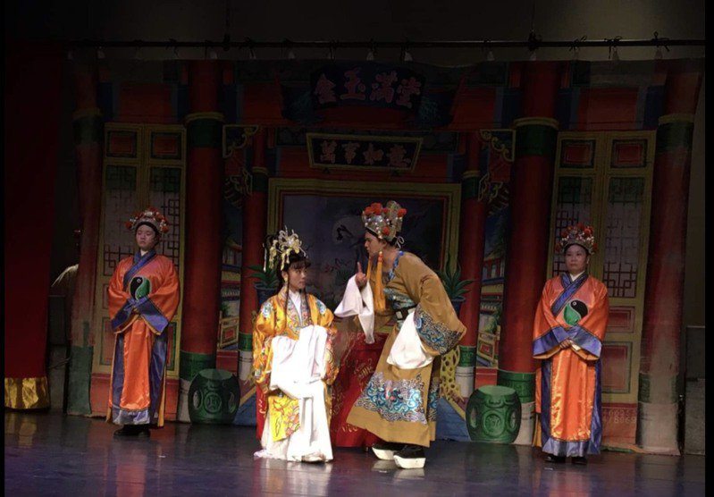 彰化縣陳麗香歌仔戲團從廟口演出,提升到劇場精緻公演。圖/施純權提供