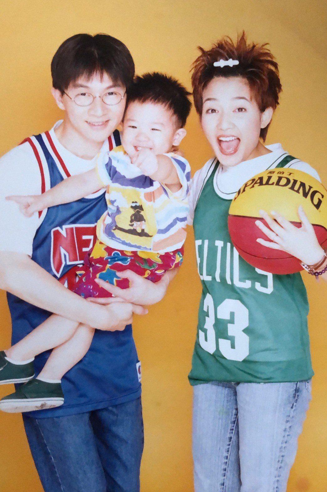 林隆璇(左起)抱著兒子林亭翰與范曉萱一起拍宣傳照。圖/青田音樂提供