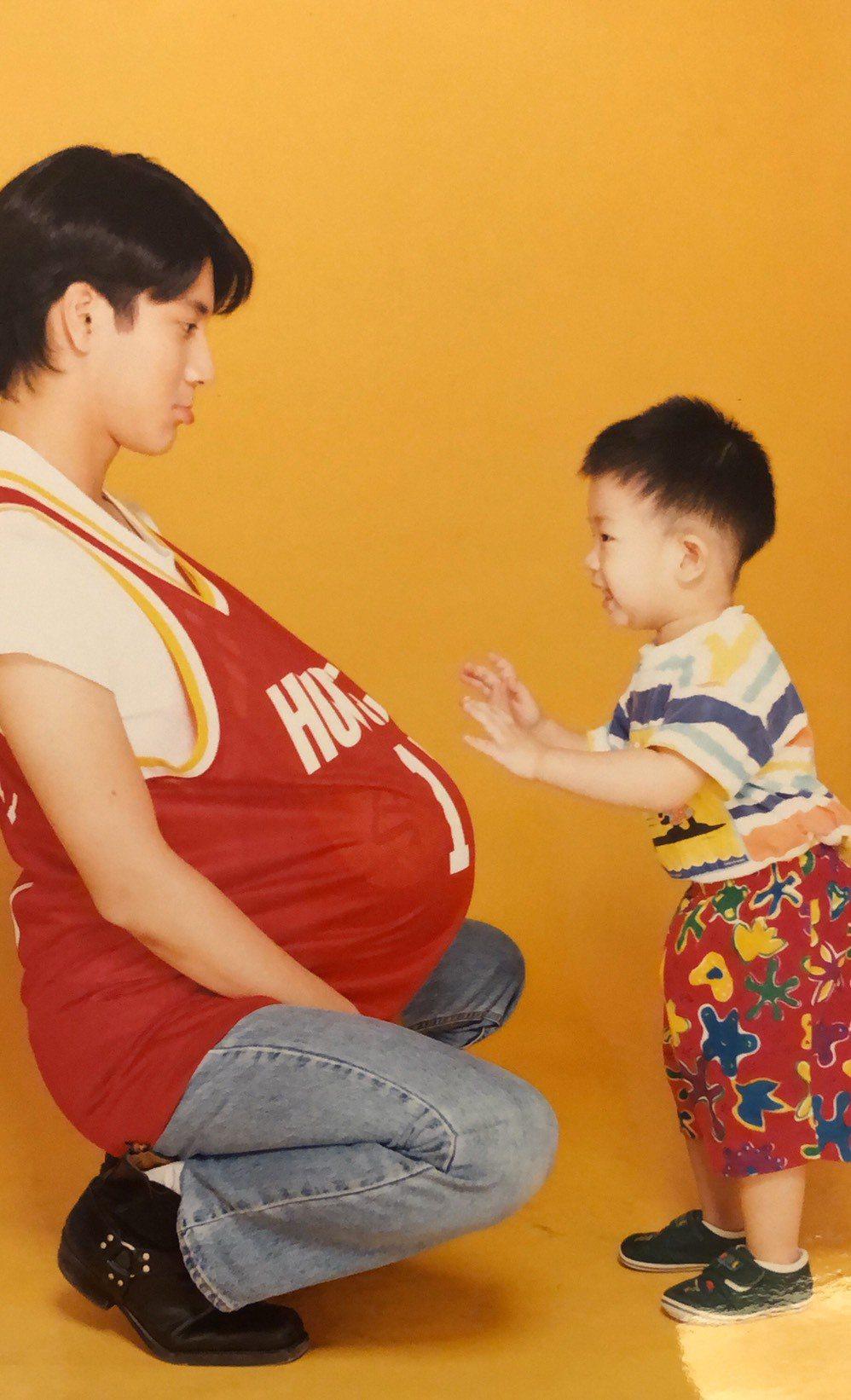 林亭翰(右)24年前和王力宏一起拍攝宣傳照。圖/青田音樂提供