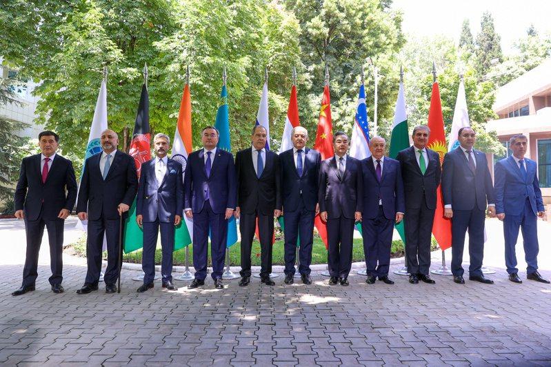 上海合作組織成員國外長與阿富汗外長阿特瑪(左二)在杜尚貝舉行會談,俄國外長拉夫洛夫(左五),右起第五人為中國大陸外長王毅。路透