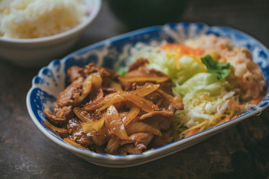 看食譜自製的菱田屋流薑燒豬肉。 圖/施清元攝影