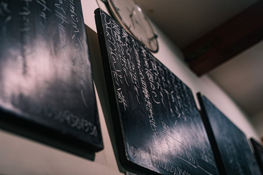 黑板上密密麻麻的當日精選。 圖/施清元攝影