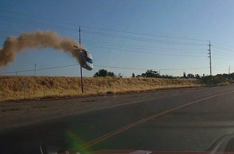 電影特技現實發生 一台轎車失控飛車轉兩圈墜毀
