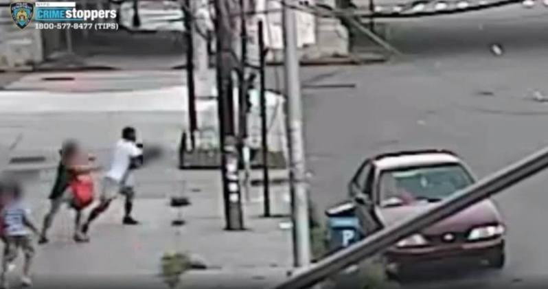 紐約發生駭人的街頭拐子事件,當天一名母親與3名子女外出,一名男子突然從停在路邊的車輛下車,強行擄劫其中一名5歲男童。圖/取自Twitter