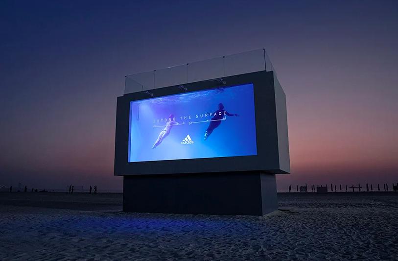 adidas打造可實際潛入的戶外廣告。圖/摘自adidas官網