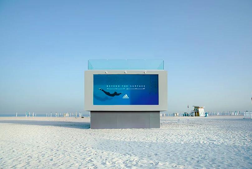 adidas將可實際潛入的戶外廣告,放在杜拜沙灘,鼓勵不分性別都應該可以自由玩水...