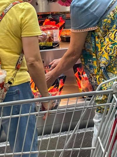 只見照片位於知名賣場好市多,兩位大媽正在一袋袋的打開,疑似是要挑選喜歡的,讓民眾看了相當傻眼。 圖/爆廢公社公開版