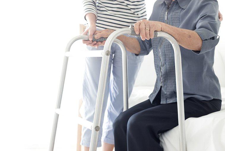 疫情期間,若中風患者無法到醫院或診所接受復健治療,也可以透過相關專業人員的指導,...