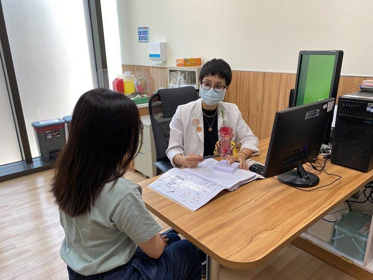 女性容易便秘亦是痔瘡的高風險族群,卻礙於面子不太願意就醫,反而延誤治療時機。 圖...
