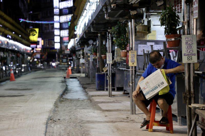 全國三級防疫管制,連過年都沒休息過的基隆廟口夜市,也跟著政策關閉防疫。記者許正宏/攝影