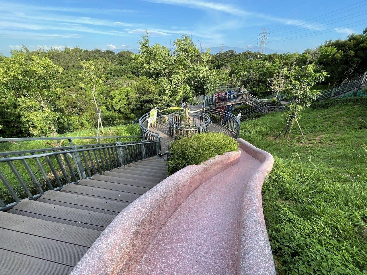 青青草原擁有北台灣最長磨石子溜滑梯,還有適合不同年齡孩子玩的滑梯。 圖/張裕珍 ...