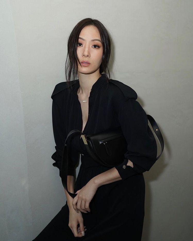 孫芸芸在IG秀出詮釋BURBERRY Olympia黑色包款的簡約性感穿搭。圖/...
