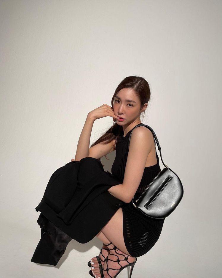 少女時代Tiffany肩背黑色迷你皮革拉鍊Olympia包,46,500元。圖/...