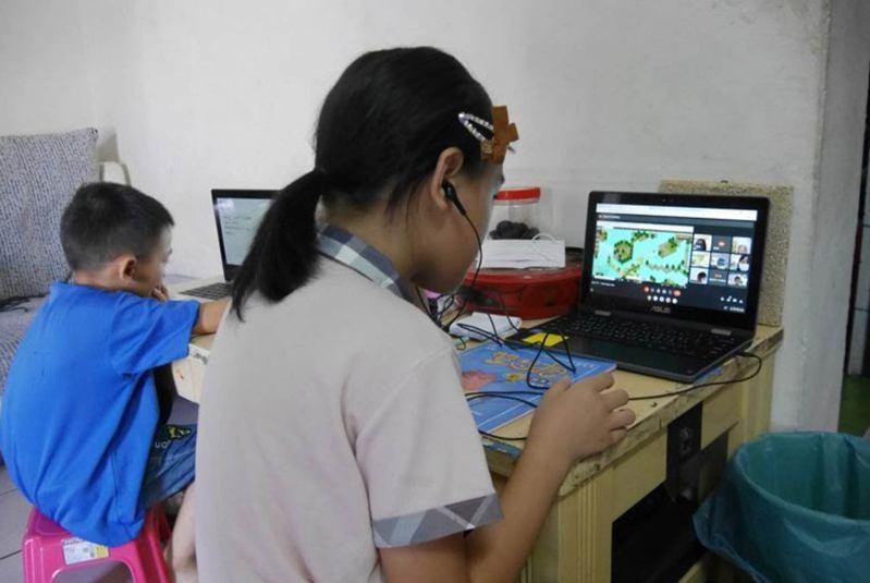 人和國小姐弟倆分別進行數位學習;四年級的姐姐登入PaGamO平台學習,而左邊的弟弟為二年級,已開始先修三年級數學。圖片來源:人和國小提供