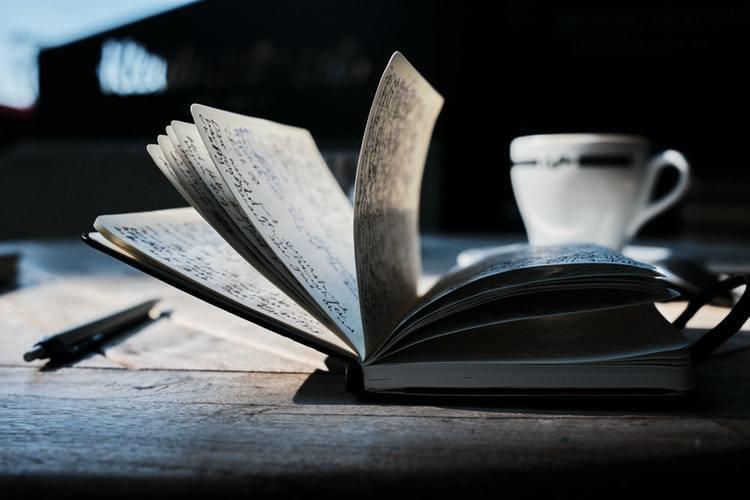 閱讀可以幫助寫作,但寫作卻不一定需要事先讀很多的書 圖/unsplash