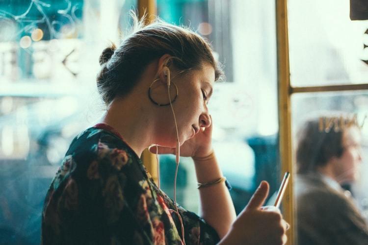 人的大腦可以完美存儲很多東西,除了記憶跟文字之外,音樂跟韻律也是,但是聽懂了,大...